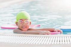 Χαριτωμένο μικρό κορίτσι που μαθαίνει πώς να κολυμπήσει Στοκ Φωτογραφία