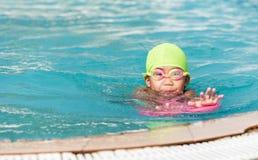 Χαριτωμένο μικρό κορίτσι που μαθαίνει πώς να κολυμπήσει Στοκ φωτογραφία με δικαίωμα ελεύθερης χρήσης