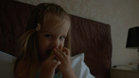 Χαριτωμένο μικρό κορίτσι που μασά το μήλο Στοκ Εικόνα