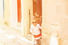 Χαριτωμένο μικρό κορίτσι που περπατά στην οδό της Μάλτας Στοκ Εικόνες