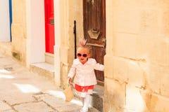 Χαριτωμένο μικρό κορίτσι που περπατά στην οδό της Μάλτας Στοκ Φωτογραφίες