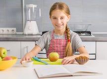 Χαριτωμένο μικρό κορίτσι που προετοιμάζεται να μαγειρεψει strudel μήλων Στοκ φωτογραφία με δικαίωμα ελεύθερης χρήσης