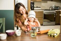 Χαριτωμένο μικρό κορίτσι που φορά ένα chef& x27 καπέλο του s Στοκ Φωτογραφίες
