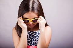 Χαριτωμένο μικρό κορίτσι που φορά τα γυαλιά ηλίου Στοκ Εικόνες