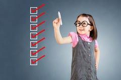 Χαριτωμένο μικρό κορίτσι που φορά το επιχειρησιακό φόρεμα και που ελέγχει στα κιβώτια πινάκων ελέγχου πρόσκληση συγχαρητηρίων καρ Στοκ εικόνες με δικαίωμα ελεύθερης χρήσης