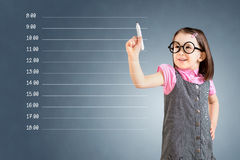 Χαριτωμένο μικρό κορίτσι που φορά το επιχειρησιακό φόρεμα και που γράφει το κενό πρόγραμμα διορισμού πρόσκληση συγχαρητηρίων καρτ Στοκ εικόνα με δικαίωμα ελεύθερης χρήσης