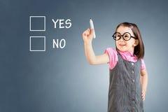 Χαριτωμένο μικρό κορίτσι που φορά το επιχειρησιακό φόρεμα και που σύρει σε ένα whiteboard πρόσκληση συγχαρητηρίων καρτών ανασκόπη Στοκ Εικόνες