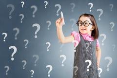 Χαριτωμένο μικρό κορίτσι που φορά το επιχειρησιακό φόρεμα και που γράφει το ερωτηματικό πρόσκληση συγχαρητηρίων καρτών ανασκόπηση Στοκ φωτογραφία με δικαίωμα ελεύθερης χρήσης