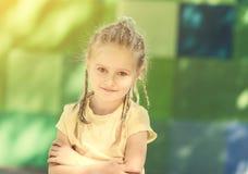 Χαριτωμένο μικρό κορίτσι που χαμογελά στο πάρκο πρωινού στοκ φωτογραφία