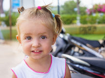 Χαριτωμένο μικρό κορίτσι που χαμογελά στη θερινή ημέρα Στοκ Φωτογραφία