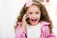 Χαριτωμένο μικρό κορίτσι που χρησιμοποιεί το τηλέφωνο κυττάρων Στοκ εικόνες με δικαίωμα ελεύθερης χρήσης