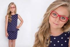 Χαριτωμένο μικρό κορίτσι σε ένα άσπρο φόρεμα κοινωνίας, Στοκ Εικόνες