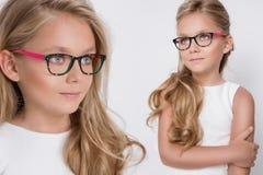 Χαριτωμένο μικρό κορίτσι σε ένα άσπρο φόρεμα κοινωνίας Στοκ Εικόνα