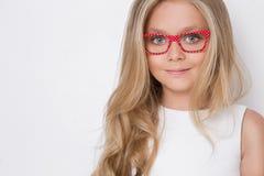 Χαριτωμένο μικρό κορίτσι σε ένα άσπρο φόρεμα κοινωνίας Στοκ Εικόνες