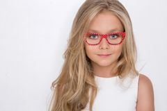 Χαριτωμένο μικρό κορίτσι σε ένα άσπρο φόρεμα κοινωνίας Στοκ Φωτογραφία