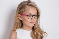 Χαριτωμένο μικρό κορίτσι σε ένα άσπρο φόρεμα κοινωνίας Στοκ φωτογραφίες με δικαίωμα ελεύθερης χρήσης