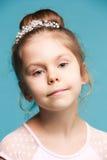 Χαριτωμένο μικρό κορίτσι σε μια μπλε κινηματογράφηση σε πρώτο πλάνο υποβάθρου Στοκ Φωτογραφία