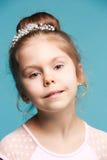 Χαριτωμένο μικρό κορίτσι σε μια μπλε κινηματογράφηση σε πρώτο πλάνο υποβάθρου Στοκ Εικόνες