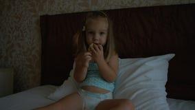 Χαριτωμένο μικρό κορίτσι στην πάνα που τρώει το μήλο Στοκ Εικόνες