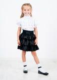 Χαριτωμένο μικρό κορίτσι στη σχολική στολή στοκ φωτογραφία με δικαίωμα ελεύθερης χρήσης