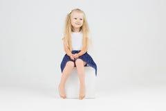 Χαριτωμένο μικρό κορίτσι στον κύβο Στοκ φωτογραφία με δικαίωμα ελεύθερης χρήσης