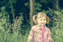 Χαριτωμένο μικρό κορίτσι στο δάσος στοκ φωτογραφία