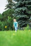 Χαριτωμένο μικρό κορίτσι στο πάρκο στη θερινή ημέρα Στοκ φωτογραφία με δικαίωμα ελεύθερης χρήσης