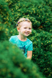 Χαριτωμένο μικρό κορίτσι στο πάρκο στη θερινή ημέρα Στοκ Φωτογραφία