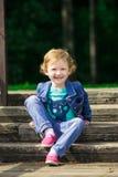 Χαριτωμένο μικρό κορίτσι στο πάρκο στη θερινή ημέρα Στοκ Εικόνες