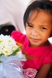 Χαριτωμένο μικρό κορίτσι στο ρόδινο φόρεμα που κρατά την άσπρη ανθοδέσμη λουλουδιών στο γαμήλιο εορτασμό Λίγο κορίτσι λουλουδιών  Στοκ φωτογραφία με δικαίωμα ελεύθερης χρήσης