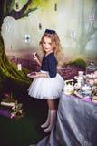 Χαριτωμένο μικρό κορίτσι ως Alice στη χώρα των θαυμάτων Στοκ φωτογραφία με δικαίωμα ελεύθερης χρήσης
