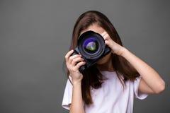 Χαριτωμένο μικρό κορίτσι brunette που κρατά μια κάμερα φωτογραφιών Στοκ εικόνα με δικαίωμα ελεύθερης χρήσης