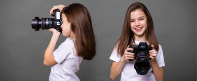 Χαριτωμένο μικρό κορίτσι brunette που κρατά μια κάμερα φωτογραφιών Στοκ Εικόνες