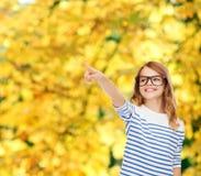 Χαριτωμένο μικρό κορίτσι eyeglasses που δείχνει στον αέρα Στοκ Εικόνα