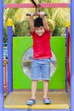 Χαριτωμένο μικρό παιδί έτοιμο να παίξει μια πετώντας αλεπού Στοκ Εικόνα