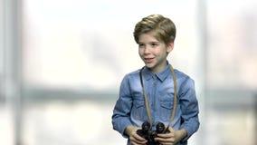 Χαριτωμένο μικρό παιδί με τις διόπτρες απόθεμα βίντεο