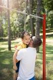 Χαριτωμένο μικρό παιδί με τον πατέρα του στοκ φωτογραφία