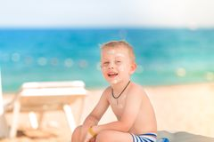 Χαριτωμένο μικρό παιδί με sunscreen επάνω Στοκ φωτογραφίες με δικαίωμα ελεύθερης χρήσης
