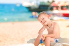 Χαριτωμένο μικρό παιδί με sunscreen επάνω Στοκ εικόνα με δικαίωμα ελεύθερης χρήσης
