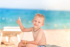 Χαριτωμένο μικρό παιδί με sunscreen επάνω Στοκ Φωτογραφία