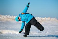 Χαριτωμένο μικρό παιδί που έχει τη διασκέδαση την κρύα χειμερινή ημέρα Στοκ Εικόνες