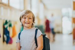 Χαριτωμένο μικρό παιδί που εργάζεται στην τάξη Στοκ εικόνες με δικαίωμα ελεύθερης χρήσης