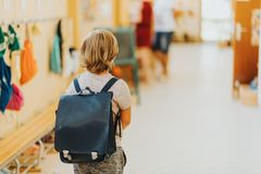 Χαριτωμένο μικρό παιδί που εργάζεται στην τάξη Στοκ φωτογραφία με δικαίωμα ελεύθερης χρήσης