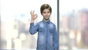 Χαριτωμένο μικρό παιδί που παρουσιάζει εντάξει σημάδι φιλμ μικρού μήκους