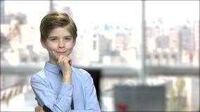 Χαριτωμένο μικρό παιδί που φαίνεται στοχαστικό απόθεμα βίντεο