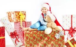 Χαριτωμένο μικρό παιδί που αγκαλιάζει τη teddy αρκούδα του Στοκ Φωτογραφία