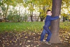 Χαριτωμένο μικρό παιδί που κρατά το δέντρο Στοκ εικόνες με δικαίωμα ελεύθερης χρήσης