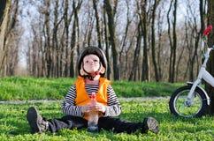 Χαριτωμένο μικρό παιδί που παίρνει ένα σπάσιμο από Στοκ φωτογραφία με δικαίωμα ελεύθερης χρήσης