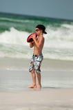 Χαριτωμένο μικρό παιδί που πιάνει το ποδόσφαιρο στην παραλία Στοκ φωτογραφίες με δικαίωμα ελεύθερης χρήσης