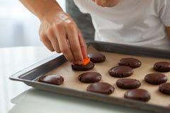 Χαριτωμένο μικρό παιδί που προετοιμάζει τα μπισκότα Χριστουγέννων Στοκ Εικόνα